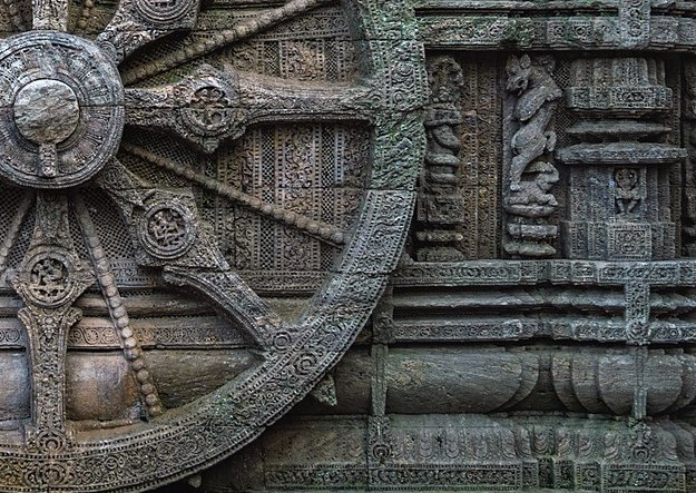 1200px-Stone_wheel_engraved_in_the_13th_century_built_Konark_Sun_Temple_in_Orissa,_India