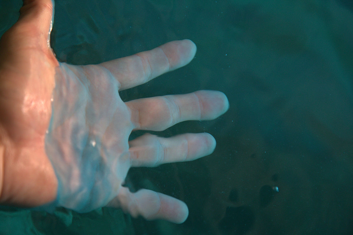 1200px-Hand_in_water_at_the_Blue_Grotto